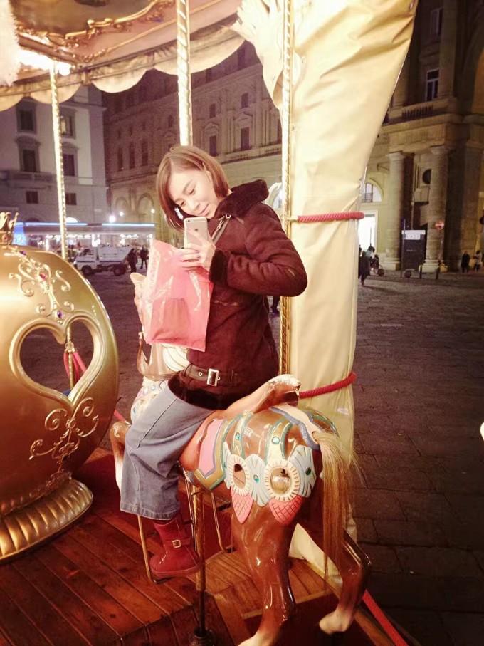 在这趟旅行的第三天我们起了个大早收拾完行李,就直奔火车站去佛罗伦萨了,到的太早以至于没地儿待着,其实完全可以按时去,看清楚在哪个站台直接上去就可以了,意大利不查票在上车之前,都是上车之后才查的。也真是不怕有逃票的啊 在罗马的火车站看见一颗挂满纸条的圣诞树,这个时候我们帅子忍不住了。 掏出了纸笔就开始歌颂祖国有多么的伟大,还让我俩签名哈哈哈。 到了佛村就开始下雨,雨还不小忽冷忽热的,那也依然阻止不了我们去找大卫的心,毕竟那是帅子的偶像。说什么我们也要找到他,佛村的石板路着实铬坏了我娇嫩的小脚啊。。去意大利最