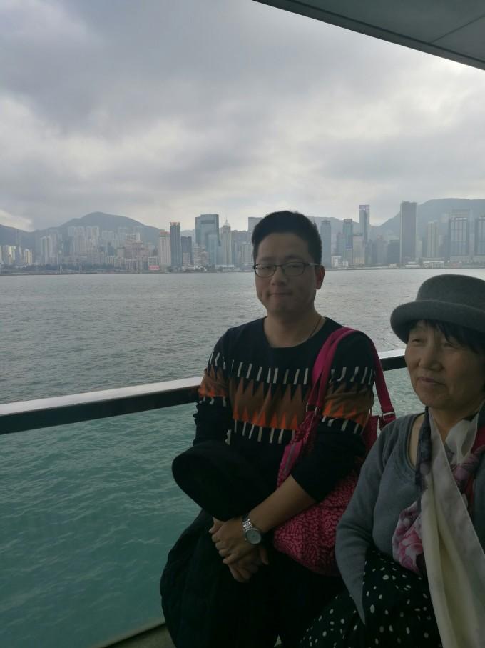 1月29日 香港。今天睡到自然醒8点多出发去罗湖口岸,过关去香港。深圳去香港口岸很多,罗湖、福田、皇岗、深圳湾等等,方式也很多,飞机、轮船、汽车等等。为啥选择罗湖口岸呢?选择罗湖是因为过了关就是香港了,比较近,方便。后来发现罗湖过关人超级多,联系好网上提前订好的旅行社送关,才发现原来澳门的也必须在内地买好,才能从香港过澳门,旅行社的人坐地起价,讨价还价了半天,三个人送关单澳门花了90,比往常贵了3倍!所以提醒大家提前买好。在关口买了二日通三张,电话卡一张,无限流量。后来后悔买二日通,应该买八达通,至少用不