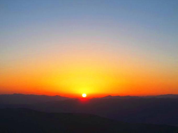 天空中没有一丝的云朵,这或许无法让人欣赏到绚丽的朝霞,但当太阳跃出