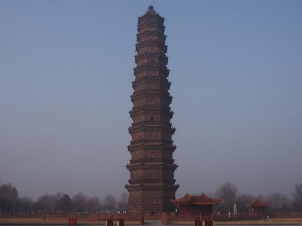 开封铁塔虽然叫铁塔,但是实际上他是一座琉璃塔