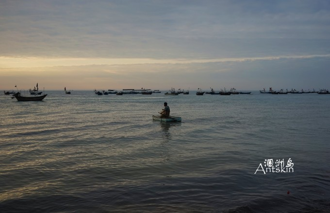 涠洲岛的海岸多为海蚀岩石,沙滩面积有限,从滴水丹屏到石螺