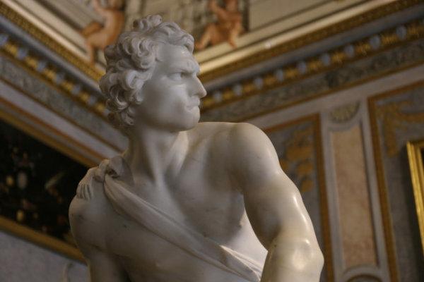 人们常说:米开朗基罗抓住了大卫的英雄本质,而贝尔尼尼抓住了大卫的
