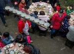"""四川高人""""打盆""""技艺精湛 头顶食槽传菜38年30万碗从未失手"""