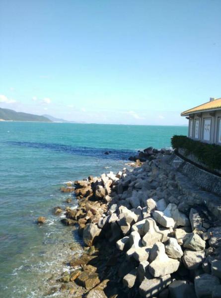 明润海鲜南边海店,与三亚地标建筑凤凰岛