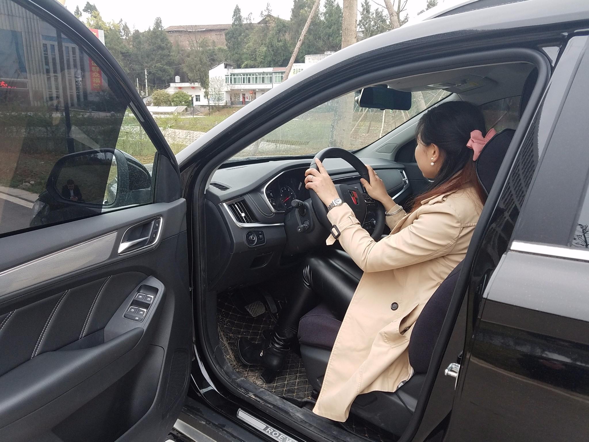 媳妇当车模图片