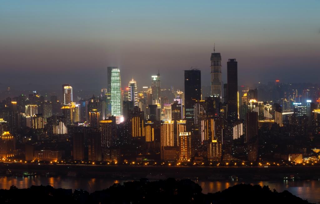 这里可以看到渝中半岛全景及长江和嘉陵江两江汇合.拍照必须要超广角.