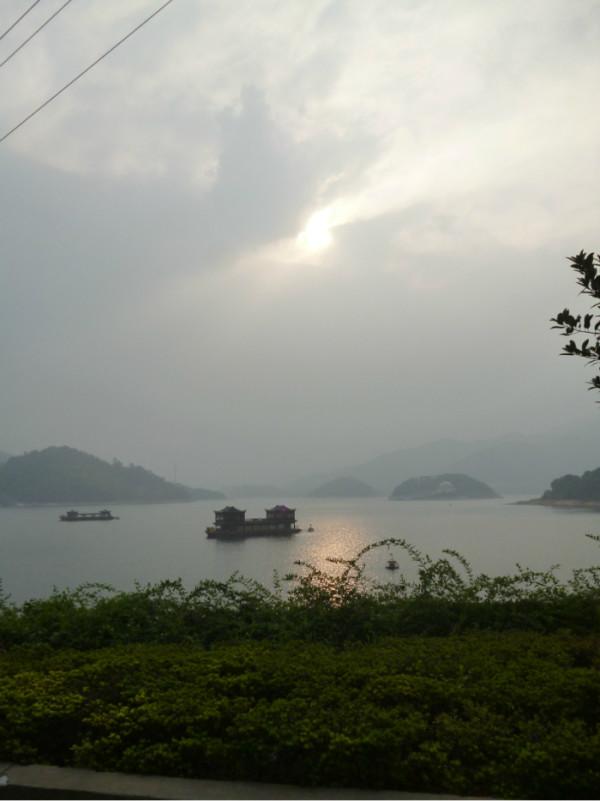 九龙湖风景区其自身原本是免费的,但在整个景区大门处却有