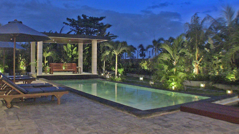 海边别墅是一家4星级酒店,可让您的 巴厘岛之行变得更很好。 完善的设施,精美的装饰,这些都可让您在住宿期间感受到更多愉悦。 免费房内无线网络, 每日客房清洁服务, 出租车服务, 行李存放服务, 无线网络(公共区域)等设施都已配备,可供住客使用。 部分客房内设 平板电视, 衣架, 免费速溶咖啡, 免费茶水, 免费迎宾饮料等设施,加上设计装饰温馨舒适,定能带给住客宾至如归的感受。 酒店内设多种娱乐设施。 海边别墅地理位置便捷,内部装饰令人倍感舒适,是游览巴厘岛时的理想住宿选择。