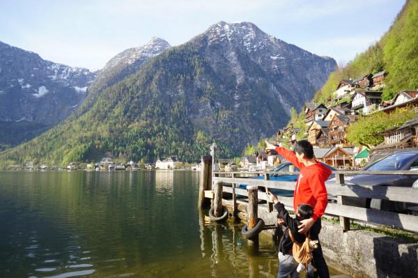 哈尔施塔特湖  清澈透底,在高山峡谷之中,像一条宽阔的绿色绸带.