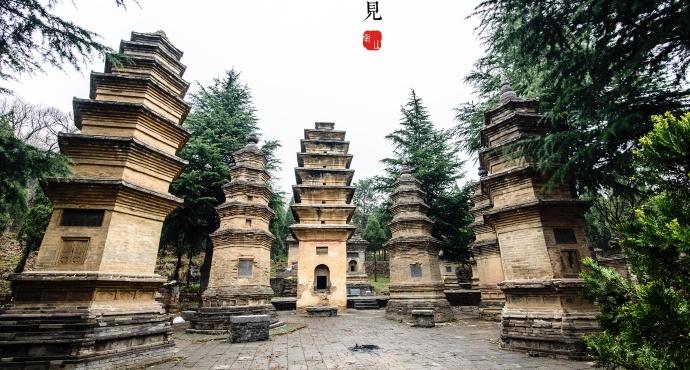 少林寺位于河南省登封市嵩山五乳峰下,是中国佛教禅宗祖庭,是中国久负盛名的佛教寺院,也是少林武术的发祥地。今天的少林寺不仅因其古老的佛教文化名扬天下,更因为其精湛实用的少林武功而驰名中外。中国功夫惊天下,天下功夫出少林是对少林功夫的美称。 少林寺创建于北魏太和十九年(495年),孝文帝元宏为安顿来朝传授小乘佛教的印度僧人跋陀,因此在嵩山少室山建寺。少林寺在鼎盛时期规模很大,可惜在1928年,军阀石友三火烧少林寺,把天王殿、大雄宝殿等主要建筑统统毁于一炬。仅剩山门、立雪亭、千佛殿等,现在看到的主体建筑都是之