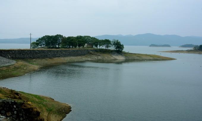 位于湖北省境内的松滋市西南部的洈水风景区内.