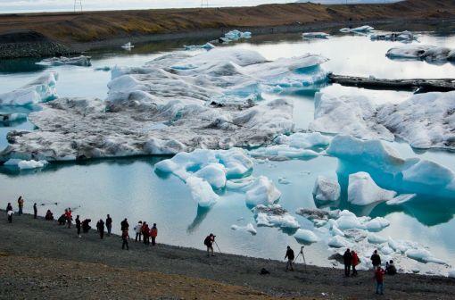 1. 参加行程的儿童年龄需在10岁及以上,10岁以上儿童与成人同价; 2. 小团之旅,1个导游最多带领16位客人; 3. 如果你在下单时未选择单人间,入住时将会和另一位同性别客人共享双人间; 4. 参观埃亚菲亚德拉冰川和赫克拉火山,进入蓝冰洞的行程都取决于天气状况; 5. 建议携带:保暖户外服装、防水外套和裤子、头饰和手套。推荐携带登山鞋; 6.