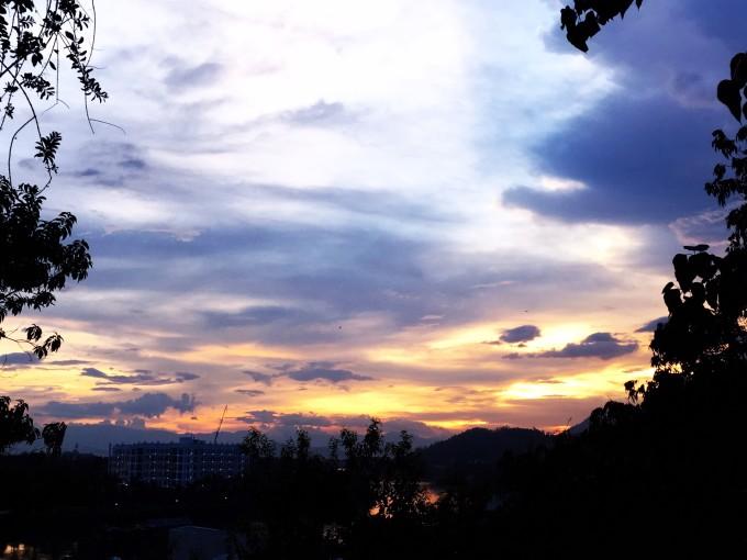 这一束光从西边渐渐落下,站在高处,一直眺望着光从云层里一点一点地
