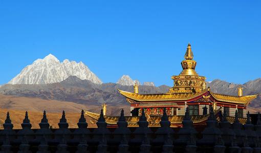 寺庙周围佛塔成林,构成了绝妙的塔林景观