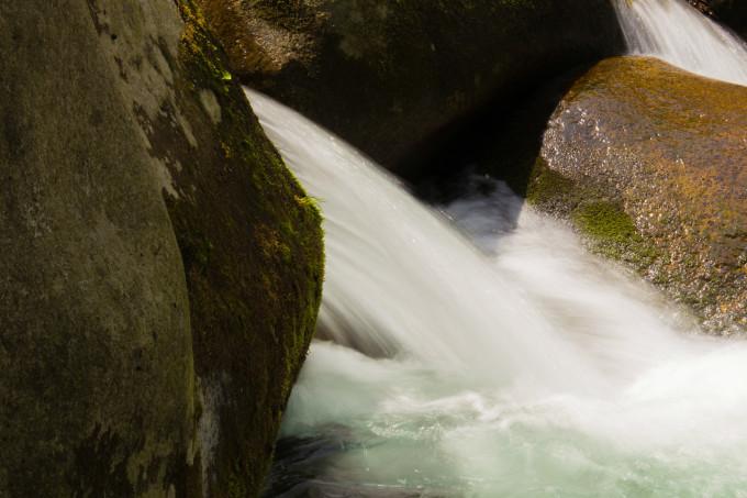 大石湖,位于本溪满族自治县兰河峪乡东南山麓的鹰嘴山下