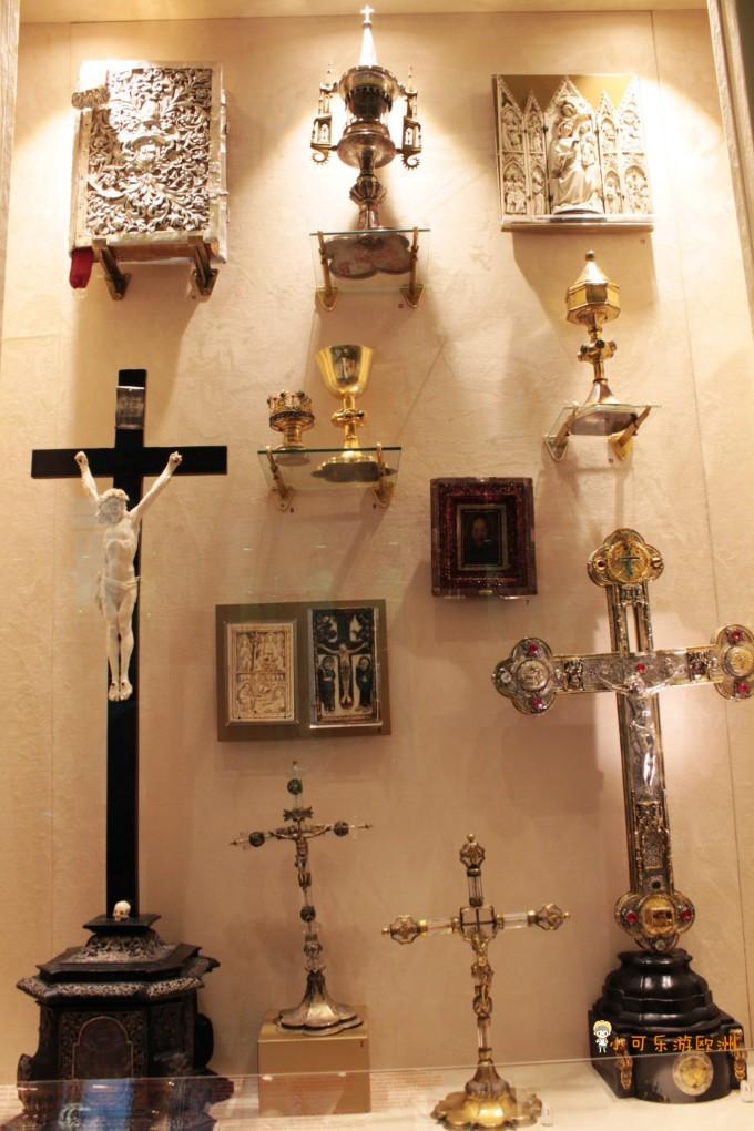 他们正簇拥著基督受难时的十字架等物,左面一组抱的是十字架,右面一组