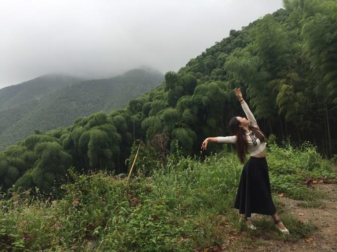 早起开车去莫干山景区,不幸也是幸运的是雨一直下 景色多填了丝丝韵味,但很不方便。一路开车山路急转弯比较多,雨天比较湿滑。 莫干山被《纽约时报》评为全球值得一去的45个地方之一,自然有它独特的美。山连绵,而且特别翠。雾大,有朦胧之美。山间空气好,真的很适合度假。而且山上别墅也很多。其中很多政要别墅。 一路开开走走,因为天公不作美,后面雨下的比较大,有的景点也没来得及逛。但走在林间,还是深深感叹自然之美。雨滴声落下,想起张爱玲写在《小团圆》里的话 :雨声潺潺,像住在溪边,宁愿天天下雨,以为你是因为下雨没来。
