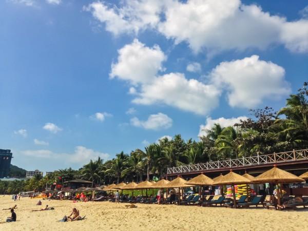 椰子树下乘凉的老人,如果每天都能这样面朝大海该多好   月牙形的沙滩   太阳渐渐西斜,大海的颜色也一直在变   下午的人越来越多了,真的是下饺子了   随处可见的外国人   岸上的椰子树,还没开张的餐馆   东海   潜水码头   站在码头上远看沙滩
