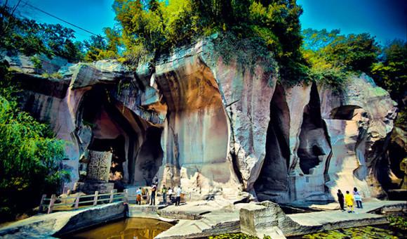 """三门蛇蟠岛简介 台州大岛,位于三门县城东以东17.5公里。自宋始,岛上因长期采石而留下姿态各异的1300多个奇异洞穴,故称""""千洞岛""""。岛上气候宜人,特别在盛夏季节,海风徐徐,凉气习习,俗尘尽消。自明清以来,即是旅游避暑圣地,在30年代曾是电影《渔光曲》外景拍摄地。其中陆地面积14."""