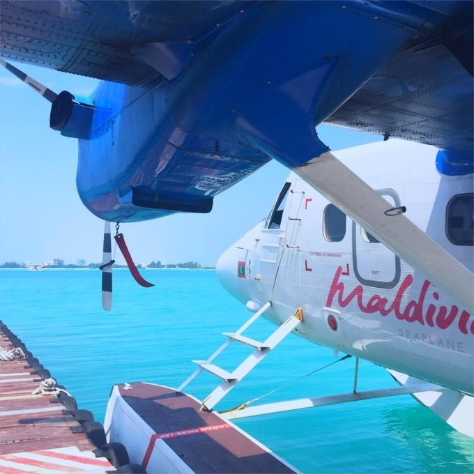 一般来说,去马尔代夫有两个航空公司:新加坡航空和美佳航空。新加坡航空是出了名的服务好和安全。美佳航空听说飞机很小,比较简陋。出于安全考虑,博主选择了新航。在后面的体验中也感受到了新航的优势。价格方面,新航两个人机票来回比美佳航空贵四千块左右。新航很贴心,手机能充电,晚上的航班会发毯子枕头洗漱用品还有袜子。