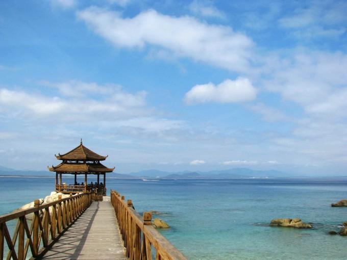 放眼望去,东,西玳瑁洲(玳瑁岛)(俗称东岛,西岛)两座小岛浮于海 中