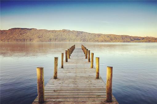 【08:00】酒店集合出发。 【09:00】抵达以宁静闻名的罗蒙湖(游览时间约30分钟),也称洛蒙德湖,以宁静闻名。罗蒙湖在鲜花小镇拉斯Luss旁边,它是 苏格兰最大的湖泊,湖内大小岛屿多座。这里相较英格兰的湖区游客较少,湖显得更加温和恬静,空气湿润冷冽好似刚刚雨过天晴,环绕在湖滨的群山倒映在镜面般 的湖面上。沿湖许多小镇非常安静,别致的房屋和石头堆砌的栅栏,一定会给您留下浪漫而温馨的回忆。 【09:30】离开罗蒙湖, 我们继续北上可穿越格伦科峡谷,寂静辽阔的格伦科峡谷还曾经作为《勇敢的心》、《哈利波