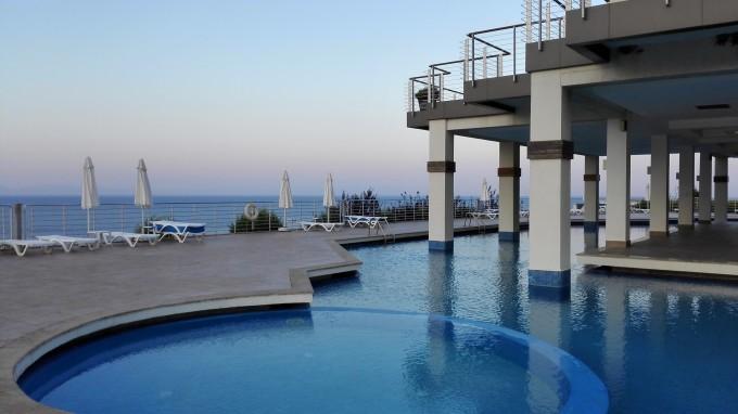 我们定的是一套海边别墅,上下两层的复式独栋,楼上两套卧室,楼下一套