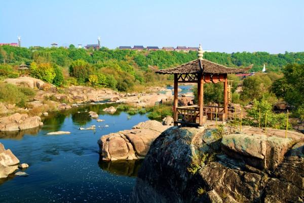 镜泊峡谷位于国家著名旅游胜地镜泊湖风景区北门,吊水楼瀑布村坎下