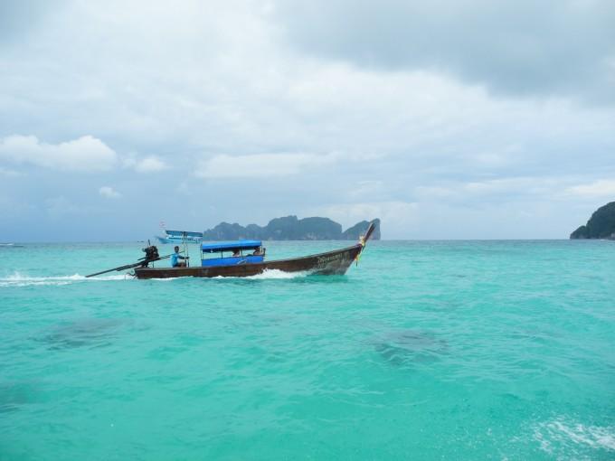 所以两个人租了一个长尾船,6个小时,分别取蚊子岛-竹子岛-玛雅海滩,其