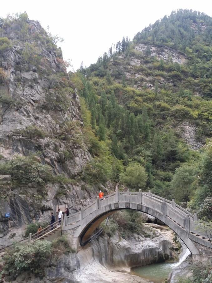 西狭颂风景区位于成县西13公里处的天井山麓,鱼窍峡中