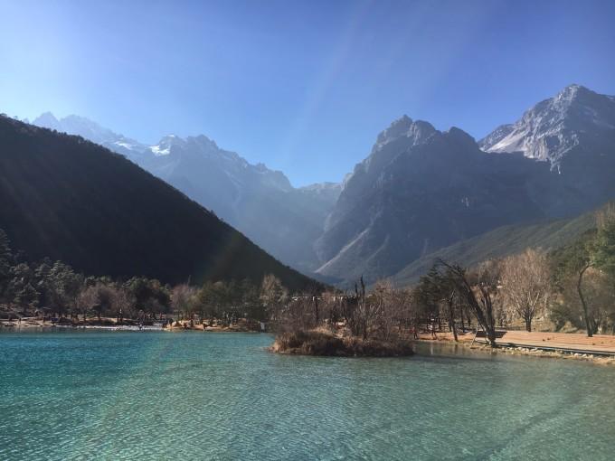 丽江之谜 对于丽江,其实只是个传说,没有深入了解过,因为江湖对它的评价既有褒也有贬,不想从网上了解太多影响自己的旅游心态. 从机场一路到古城门口,港真的,没啥感觉,就是看到了冬天的迹象,这个作为一枚广东人,生活在四季景象变化不明显的世界里,还是能感受到季节的变化。一路上,快没有雪的雪山一直在路的前方,没有期待的样子,激不起太多心里的涟漪。 在古城,的士是不能进入的,去古城里的客栈/酒店需要拖着行李箱走过古老的石板路,如果你跟我一样是个心疼行李箱的人,可以让路边的大叔/阿伯用三轮车拖行李箱,20RMB,价格