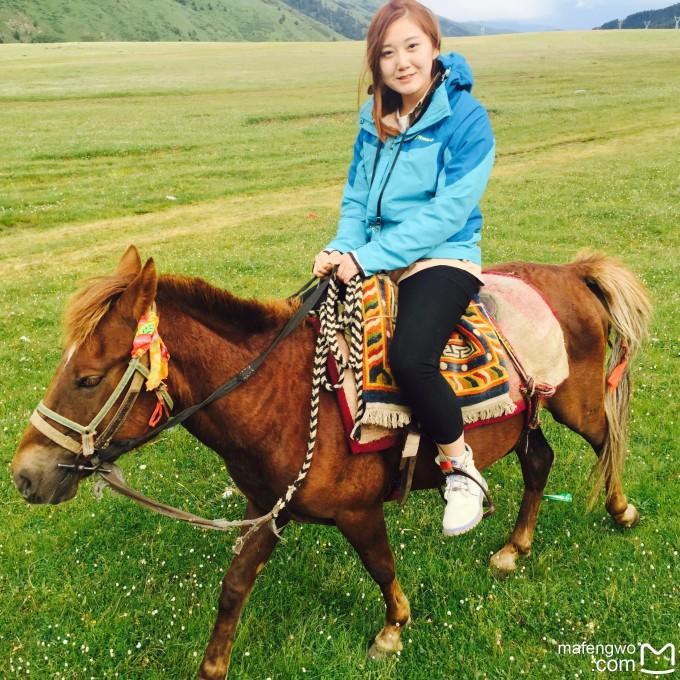 看到旁边一片草原上有一些放马的牧民 就想尝试骑马~ uncle*雷骑上马