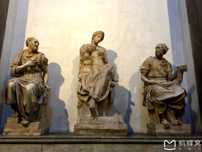 这是米开朗基罗著名的《白天和黑夜》,放置在洛伦佐弟弟朱利亚诺的